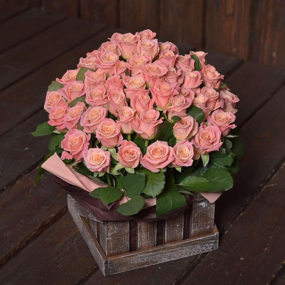 Персиковые розы в коробке «Кантри Гарден»