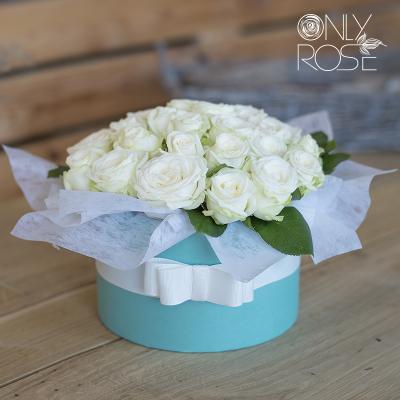 Білі піоноподібні троянди «Міс Бомбастік» в коробці 19шт.