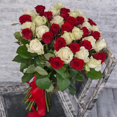 Букет из 39-ти красных и белых роз «Бьянко Россо»