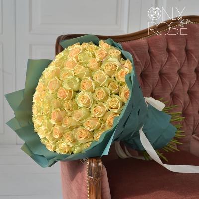 """Букет із 75-ти персикових троянд """"Люм'єр"""""""