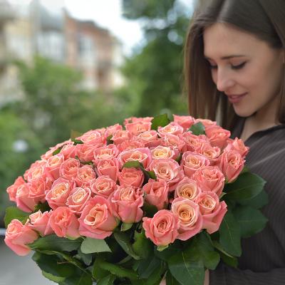 Букет із 55-ти персикових троянд «Світ Пінк»
