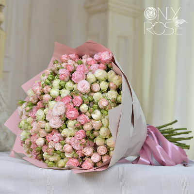 Букет із 55-ти білих, рожевих та пудрових троянд «Самер Тайм»