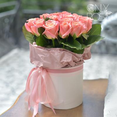 19 персикових троянд у коробці «Пінкі Бокс»