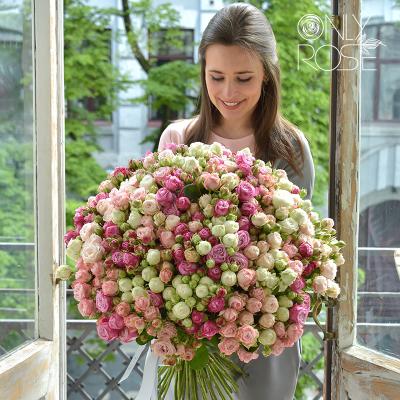 Букет із 75-ти білих, рожевих та пудрових троянд «Максі Бомб»