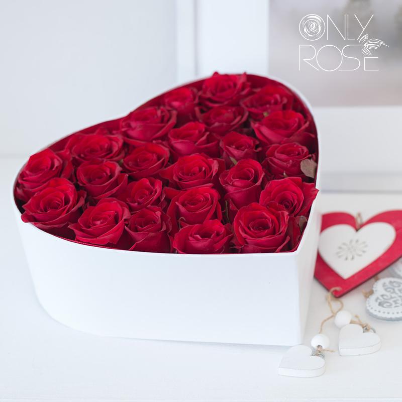Червоні троянди 25шт. в коробці у формі серця «Мі Аморе»